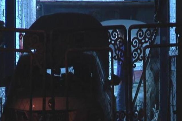 长春市一修配厂外出租车冒白烟 所幸无人员伤亡