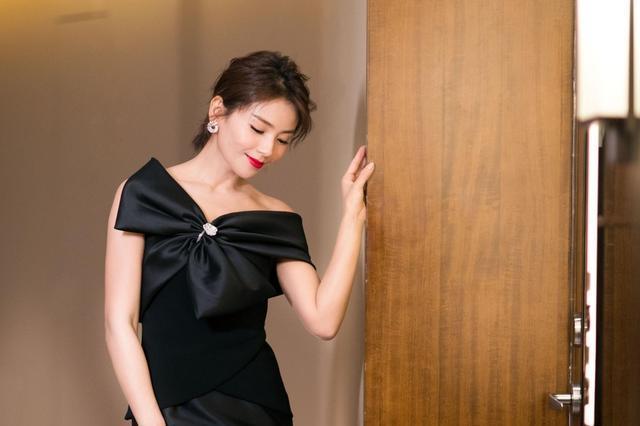 刘涛出席飞天奖 黑色长裙别致优雅