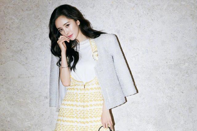 杨幂最新时尚写真曝光 穿黄色连衣裙撩发风情万种