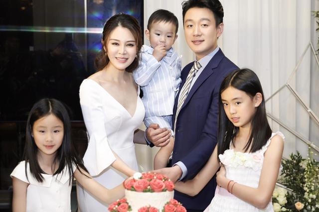 佟大为关悦结婚十周年纪念日 一家五口全家福