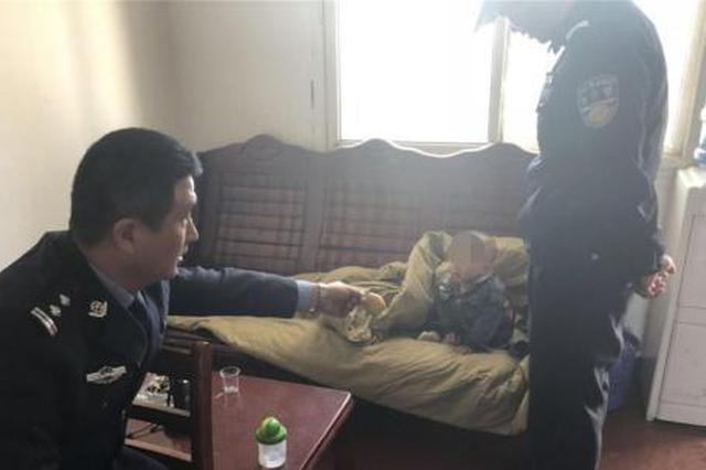 """网上逃犯被抓获 警察轮流当""""奶爸""""照顾其孩子"""