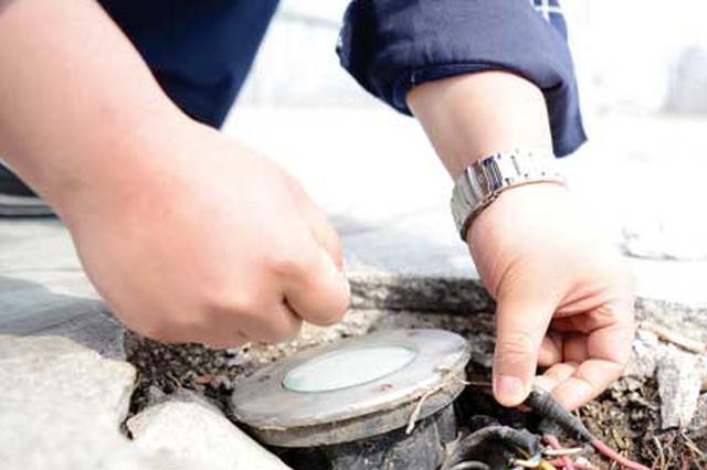延吉市沿河休闲区域地面装饰灯破损 电线外露隐患大