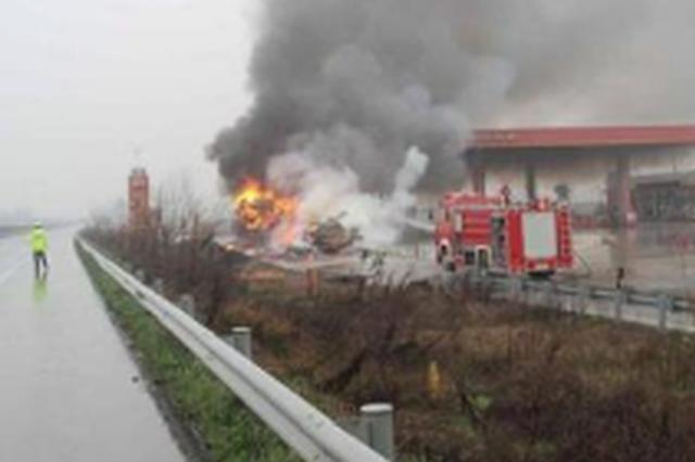 货车在加油站旁自燃着火 幸遇德惠交警救援化险为夷