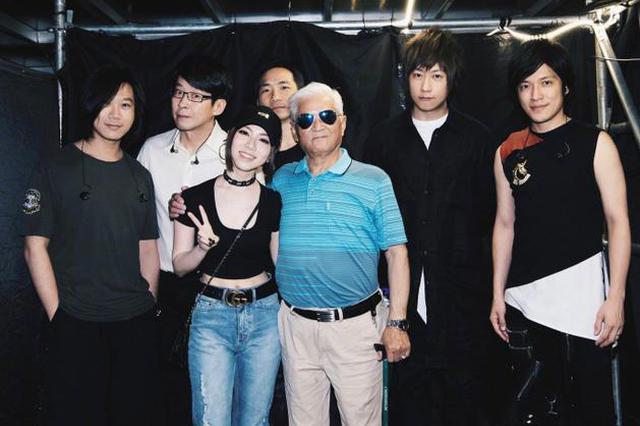 邓紫棋带外公看五月天演唱会 老人开心合影变顽童
