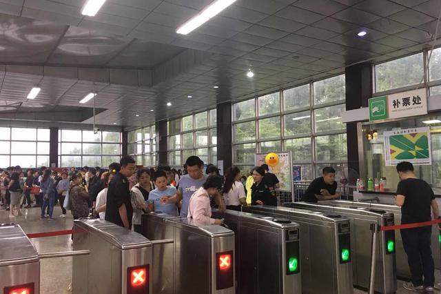 """中国旅游日长春轻轨3号线长影世纪城站""""爆棚"""""""