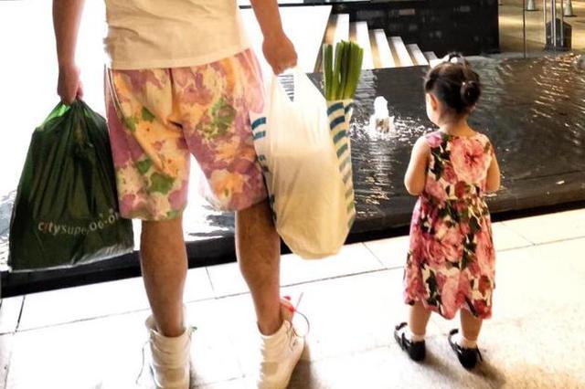 没有晚饭自力更生!陈赫带女儿买菜背影显温馨