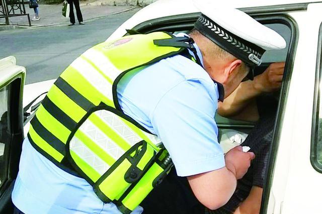 司机早高峰突发心脏病 危急时刻长春交警这样做