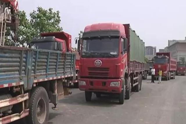 长春货车司机违法改装 升降挡板遮盖超载货物扣六分