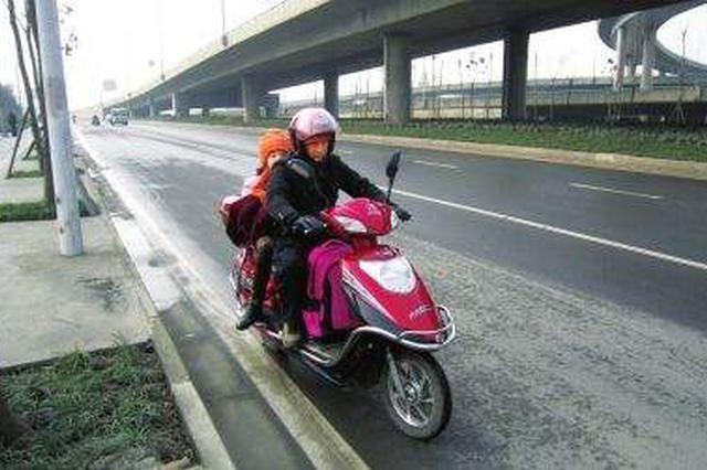 长春一男子酒后骑摩托送孩子上学 违法被处罚