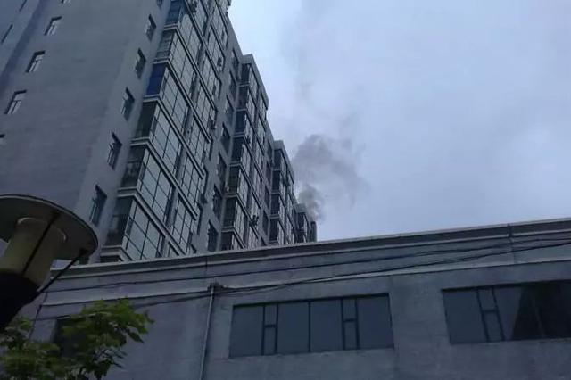 延吉一高层楼顶冒出大量浓烟!许多住户跑出……