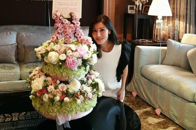 李嘉欣48岁生日与花束合照 场面暖心容颜靓丽依旧