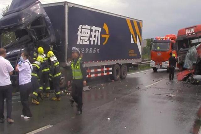 高速公路两辆挂车相撞 长春净月消防及时救援
