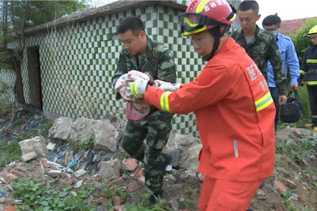 命悬一线 延吉消防战士硬挤进粪池内救婴儿