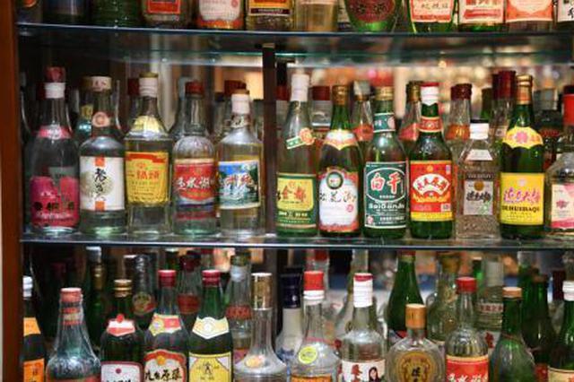 吉林男子收藏近三千瓶白酒 最钟情吉林老酒(组图)