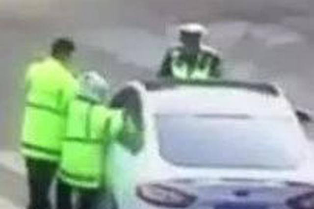 延边一交警险些被逆行逃跑车辆卷入车底……