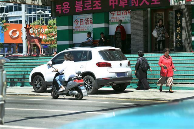 延吉市街头如此停车 方便了自己却添堵了行人