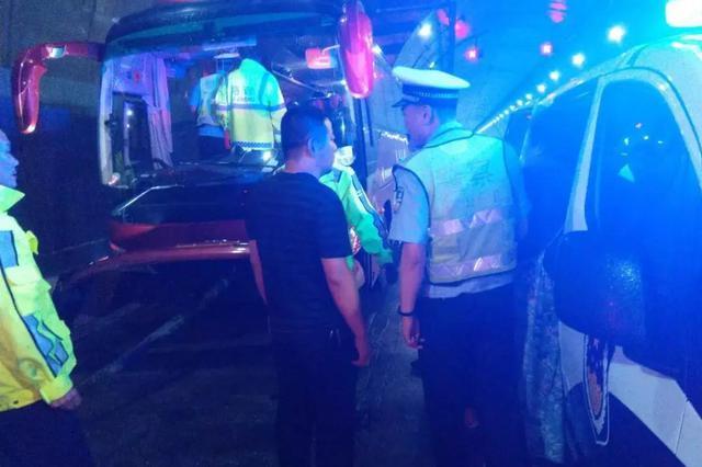 靖宇分局积极组织救援 妥善安置故障大客车35名乘客