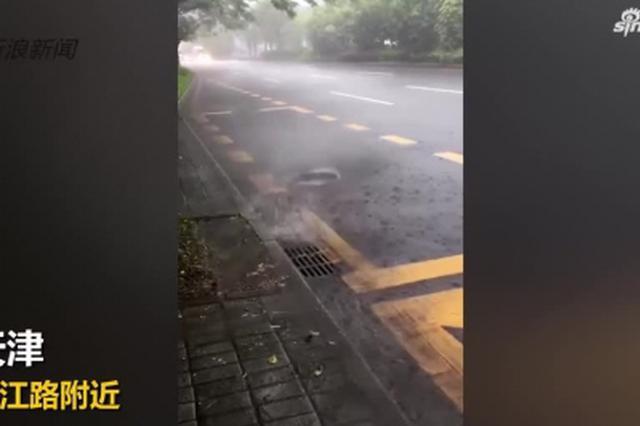 城会玩!台风过境天津降暴雨 市民划船出行跳水游泳