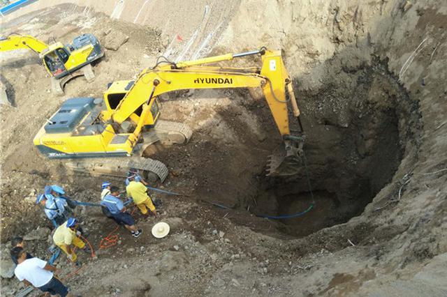 延吉市一供水管道发生爆裂 工人奋力抢修
