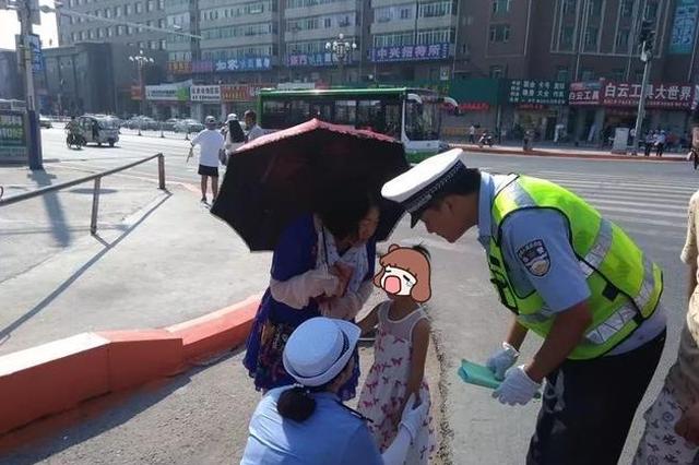 长春小女孩与家人意外走散 热心女子与交警接力寻母