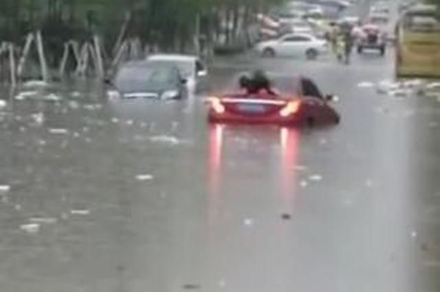 强降雨来袭 长春街头冲锋舟解救被困乘客