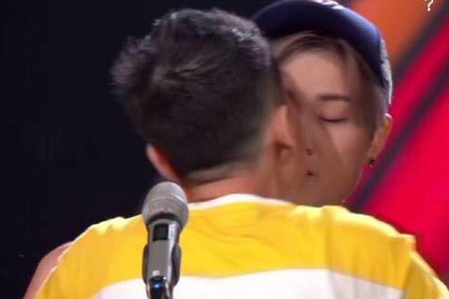 《明日之子》直播出事故 李宇春被男粉丝上台强吻
