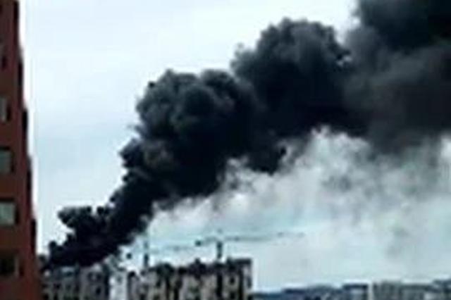 延吉一在建高层楼顶起火 现场浓烟滚滚!