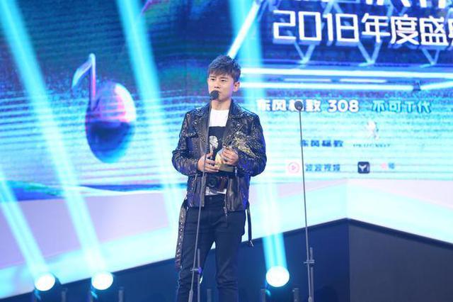 张杰获颁年度最佳男歌手 台上鼓励爱徒火箭少女