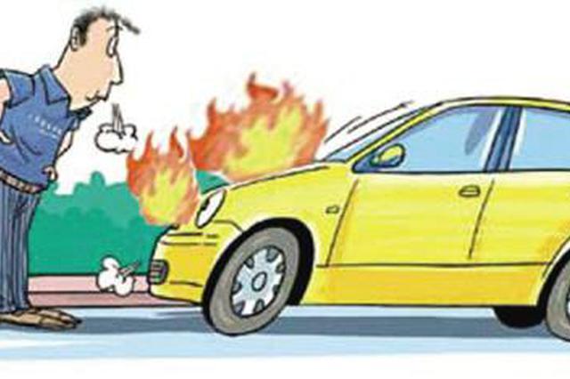轿车着火危及毗邻 延吉消防官兵迅速灭火