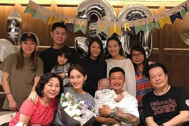余文乐为妻子办生日派对 王棠云喜笑颜开闭眼许愿