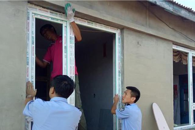 延吉市热心民警联系企业为贫困户免费换窗