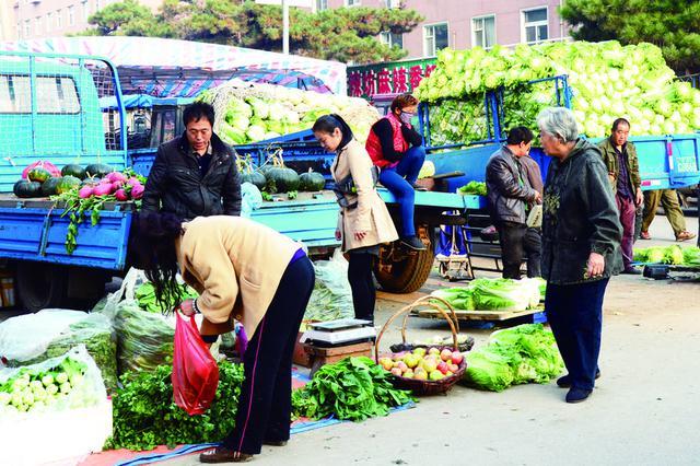 长春市民在绿园区铁西街秋菜销售点购买秋菜