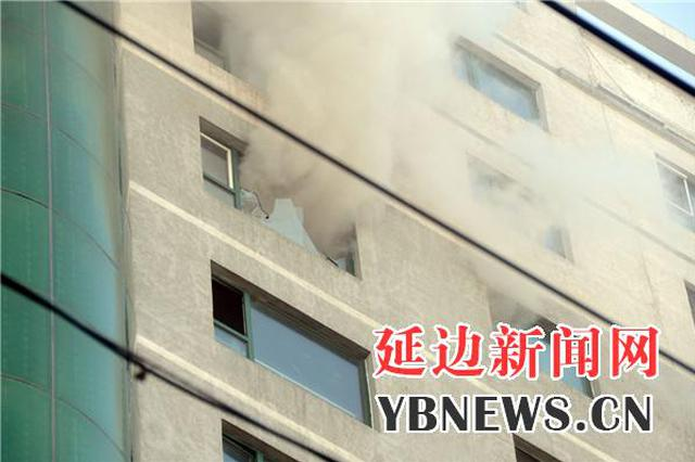 延吉龙延世家起火 现场浓烟滚滚所幸无人伤亡