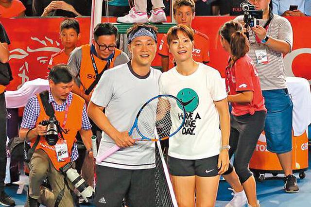 陈奕迅收李娜球拍兴奋 网球名人赛大搞气氛