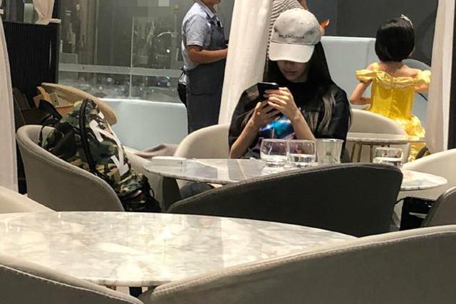 网友偶遇baby带小海绵用餐 亲自喂饭妈妈范十足
