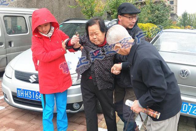 延吉街头两热心市民扶起摔倒老人 默默离开
