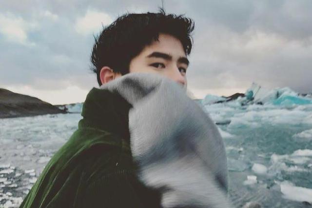 刘昊然游冰岛晒与美景合照 对镜回眸画面意境深远