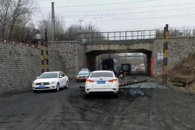 大清早交警为何在马路上清理起了煤土