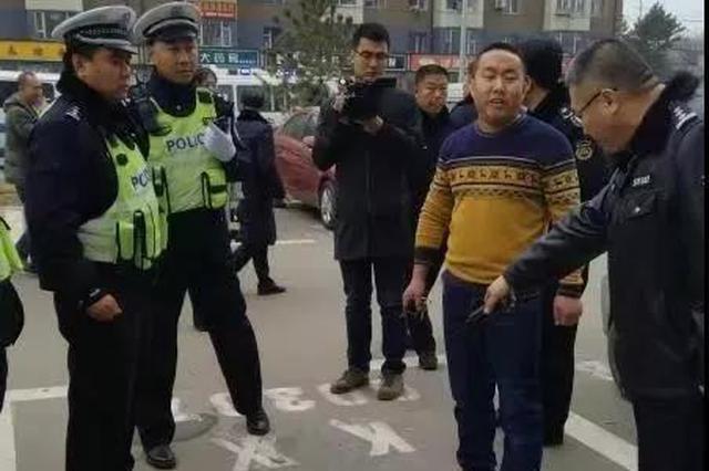 长春交警联合多部门共同执法 集中治理个别商家私占停车泊位
