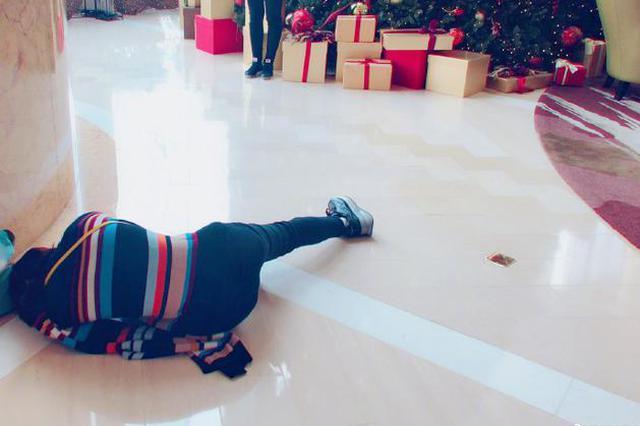 谢娜躺在地上为同事拍照 网友:给摄影师加鸡腿