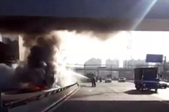 万博manbetx客服交警巡逻途中遇货车起火 迅速打通消防救援通道