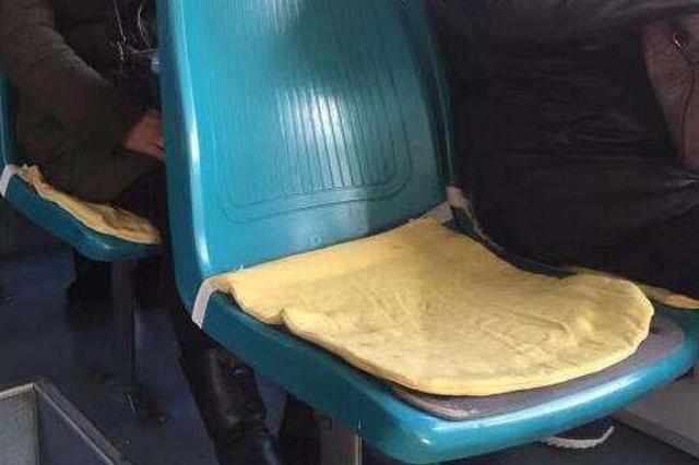 长春公交车上暖心一幕 市民一针一线缝坐垫
