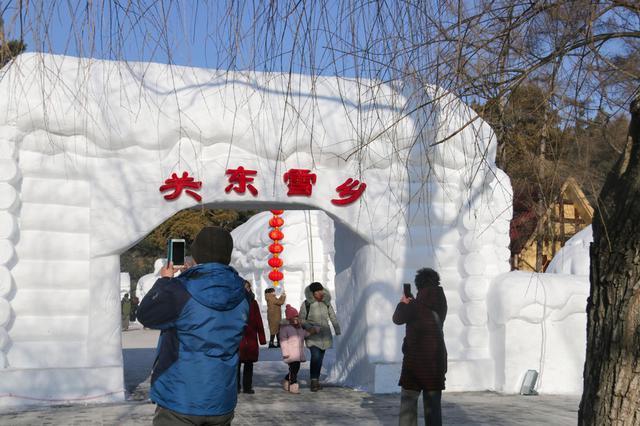 打卡南湖公园冰雪灯光展 游人络绎不绝拍照不停