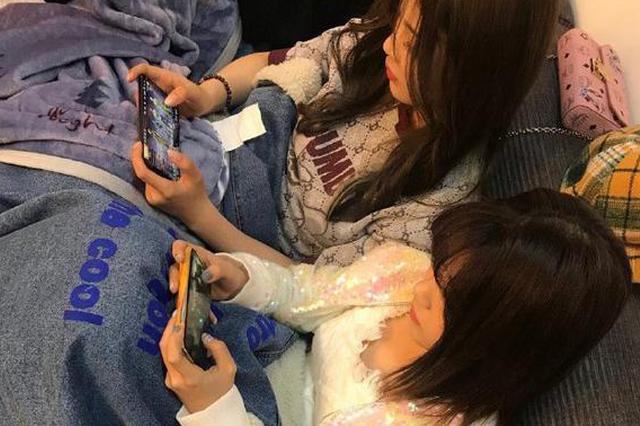 杨超越分享队友排排坐打游戏照片:女孩子分两种