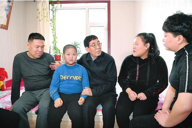 1月31日,省委书记巴音朝鲁在公主岭市走访慰问低保户、残疾人,因公殉职优秀基层干部家属,老党员,驻吉部队官兵、老复员军人、残疾军人和节日期间在岗一线职工。 本报记者 宋锴 摄