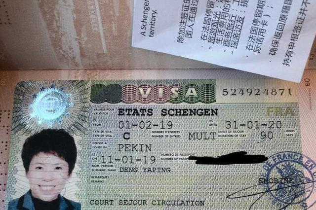 ?#25628;?#33805;晒护照回应国籍争议:一直以来都是中国籍