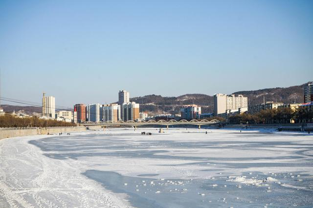 在浑江的冰面玩冰雪找回童年的欢乐
