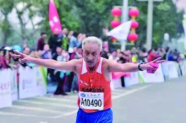 长春70岁老人爱上马拉松 近10年几乎跑遍全国