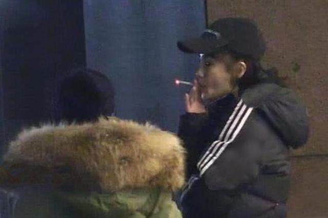 Angelababy手指受伤仍不忘抽烟 医院外吞云吐雾