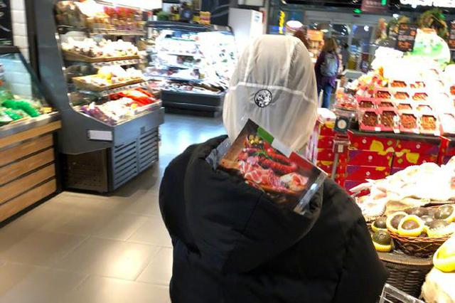 周冬雨同妈妈逛超市拒绝塑料袋 帽子装商品很搞笑